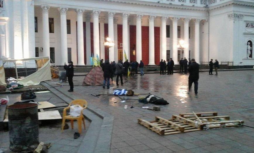 60f3c67a518ff80d42fdf2816d619da3 В Одессе неизвестные попытались разогнать Майдан на Думской площади