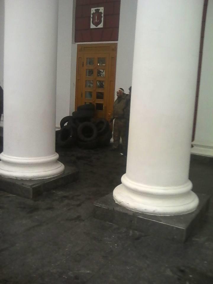 Обстановка у одесской мэрии накалилась: вызвали Лорткипанидзе (ФОТО) (фото) - фото 2
