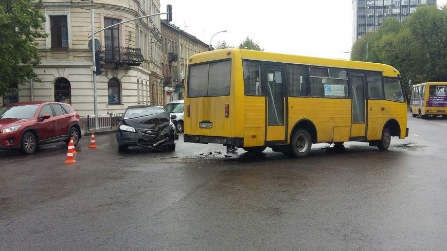 На пр. Чорновола автомобіль не розминувся із маршруткою (ФОТО) (фото) - фото 1