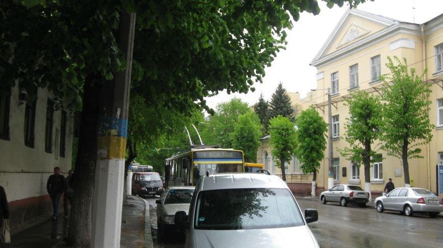 У центрі Житомира вишикувалась черга більше 10 тролейбусів через заміновану зупинку, фото-1