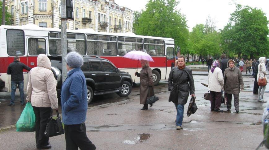 У центрі Житомира вишикувалась черга більше 10 тролейбусів через заміновану зупинку, фото-2