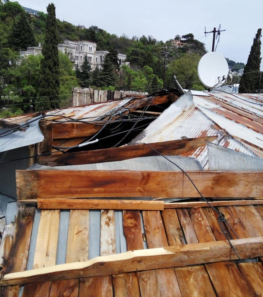 """Последствия урагана в Кореизе: в жилом доме """"снесло"""" крышу, но никому нет дела до пострадавших, фото-1"""