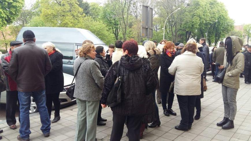 Під будівлею Львівької ОДА мітингують медики: подробиці (ФОТО) (фото) - фото 1