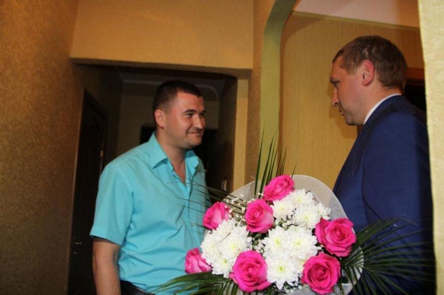 Мэр Кременчуга проведал семью полицейского и медработницы, у которых родилась тройня (ВИДЕО), фото-1