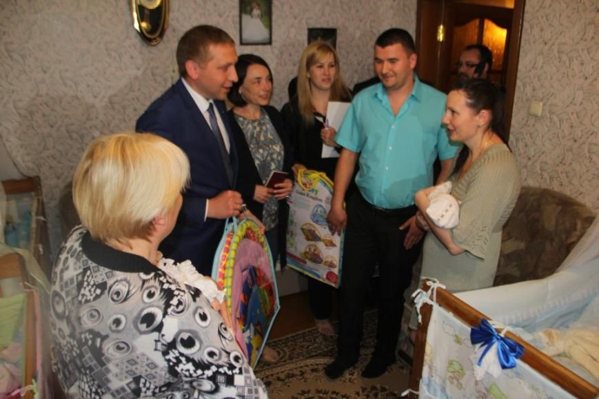 Мэр Кременчуга проведал семью полицейского и медработницы, у которых родилась тройня (ВИДЕО), фото-3