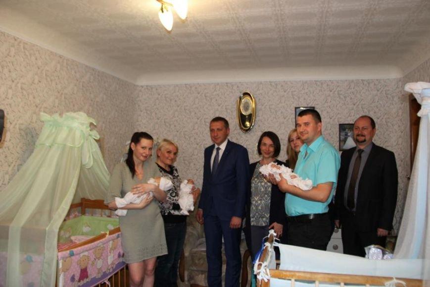 Мэр Кременчуга проведал семью полицейского и медработницы у которых родилась тройня (фото) - фото 2