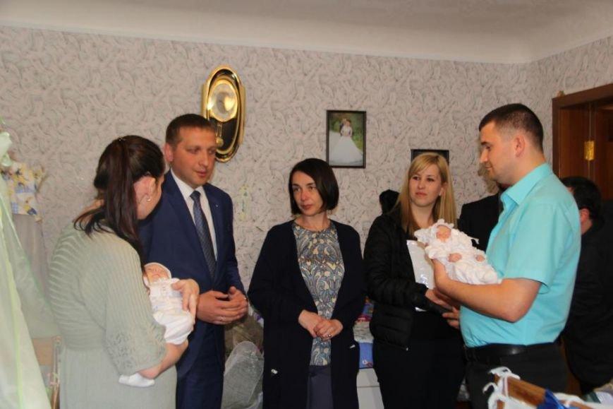 Мэр Кременчуга проведал семью полицейского и медработницы, у которых родилась тройня (ВИДЕО), фото-5
