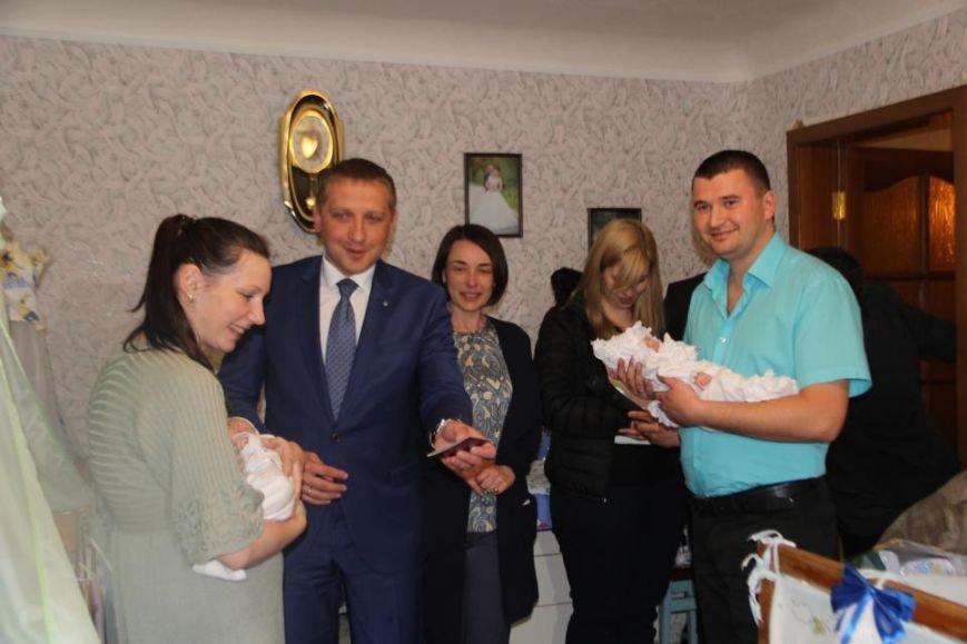 Мэр Кременчуга проведал семью полицейского и медработницы, у которых родилась тройня (ВИДЕО), фото-4
