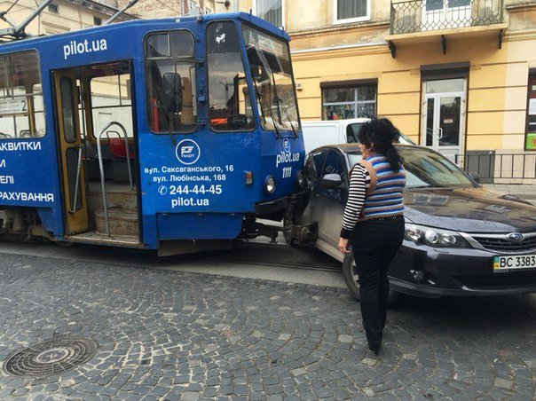 У Львові трамвай протаранив автомобіль (фото) - фото 1