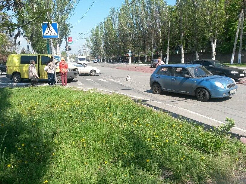 В Мариуполе микроавтобус столкнулся с легковушкой (ФОТО), фото-3