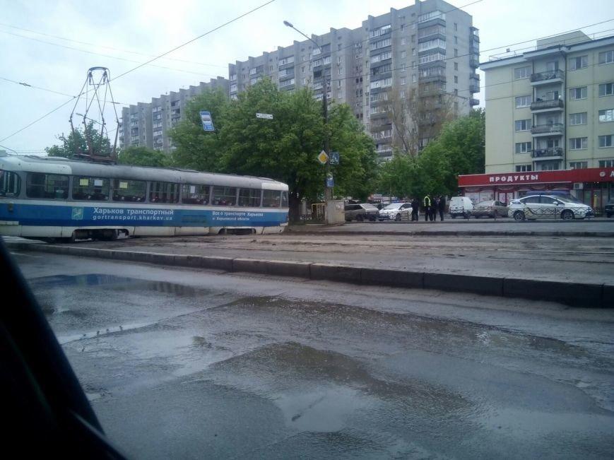 В Харькове трамвай развернуло поперек дороги: движение затруднено (ФОТОФАКТ) (фото) - фото 1