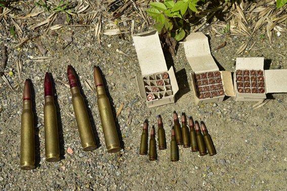 В Мариуполе дети нашли трехлитровую банку с гранатами и множеством патронов (ФОТО+ВИДЕО) (фото) - фото 1