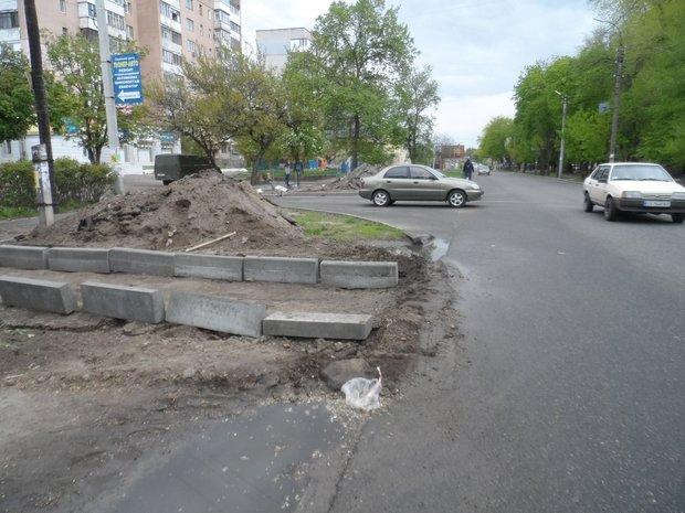У Черкасах бордюри вкопують просто в землю (ФОТО) (фото) - фото 1