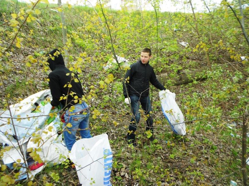 «Сделаем Украину чистой вместе»: юные сумчане вышли на субботник (ФОТО) (фото) - фото 1