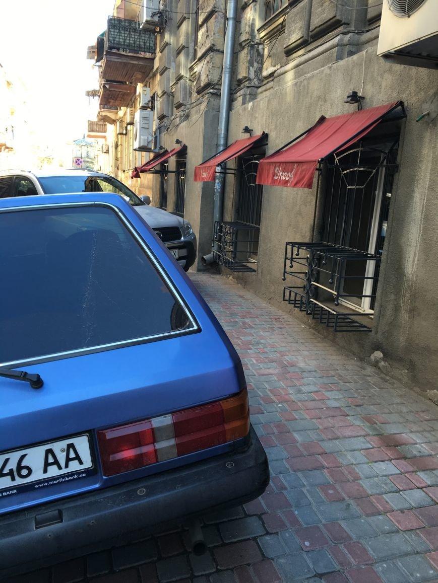 В центре Одессы ребенок разбил голову о рекламу, обходя припаркованные машины (ФОТО) (фото) - фото 1