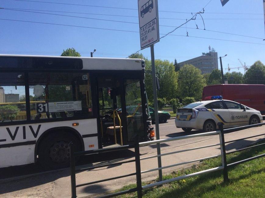 У Львові автомобіль в'їхав в автобус (ФОТО) (фото) - фото 1
