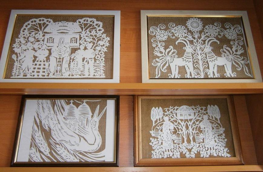В центральной библиотеке Добропольского района проводится выставка вытынанок (фото) - фото 1