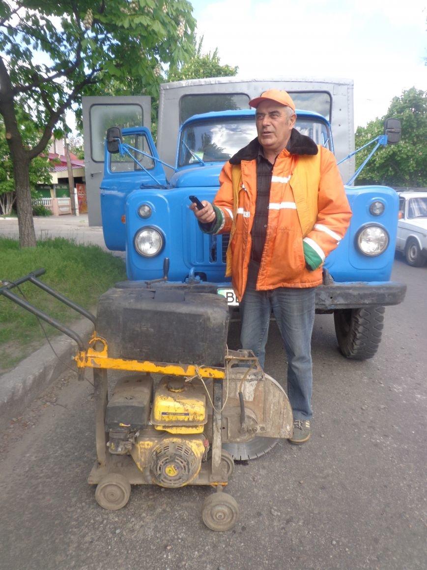 Коммунальщики ремонтируют дорогу на ул.Одесской (фото) - фото 2