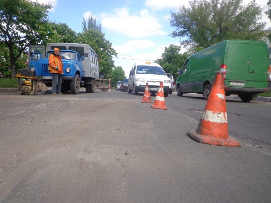 Коммунальщики ремонтируют дорогу на ул.Одесской (фото) - фото 1