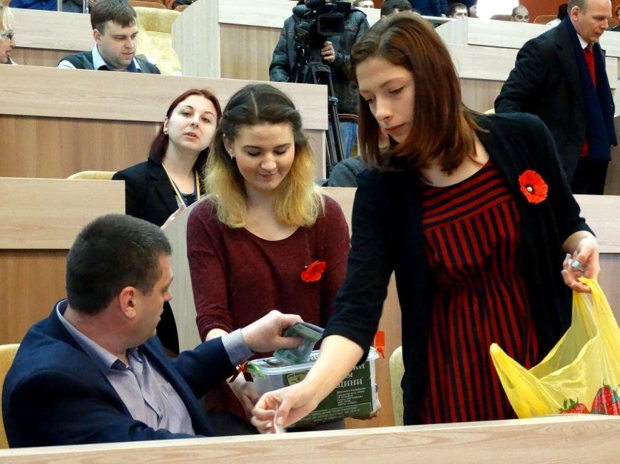 Волонтеры продавали сумским депутатам самодельные значки в виде мака (фото) - фото 1
