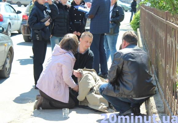 У Тернополі посеред вулиці помер чоловік (Фото) (фото) - фото 1
