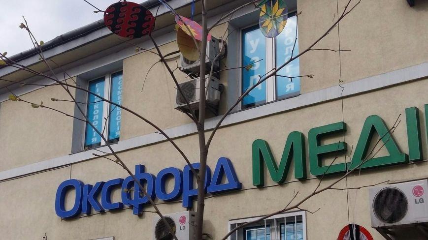Школярі Львова прикрасили дерева писанками (ФОТО) (фото) - фото 1