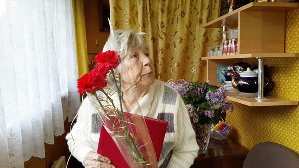 Представители администрации и социальные работники поздравили с юбилеем жительницу Ялты, фото-3