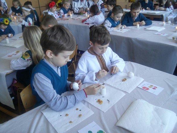 Львівські школярі взяли участь у майстер-класі з розпису писанок (ФОТО) (фото) - фото 11