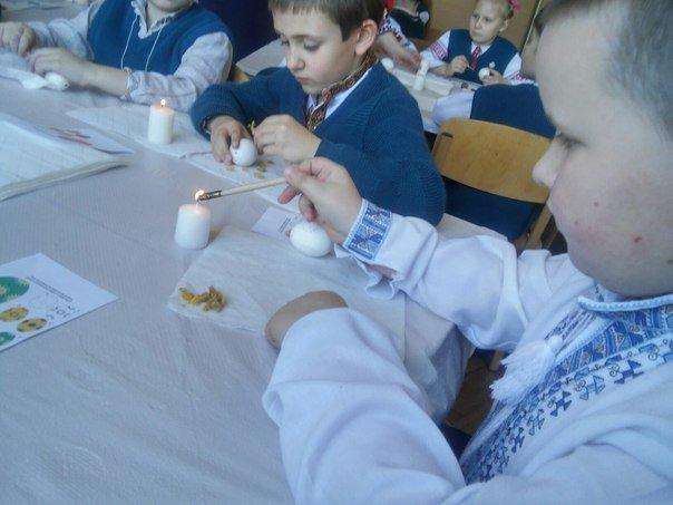 Львівські школярі взяли участь у майстер-класі з розпису писанок (ФОТО) (фото) - фото 9