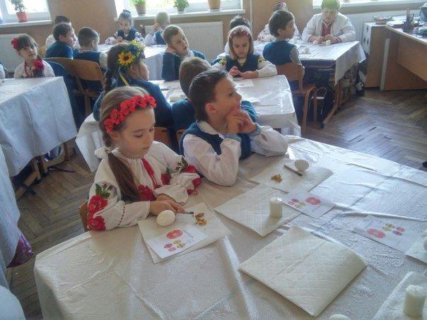 Львівські школярі взяли участь у майстер-класі з розпису писанок (ФОТО) (фото) - фото 4