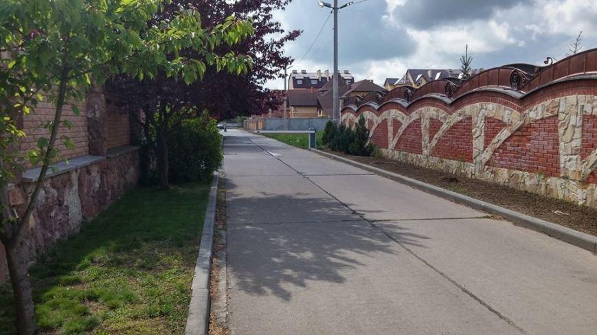 Замість демонтованих шлагбаумів на вулиці Драгоманова поставили бетонні плити (фото) - фото 2