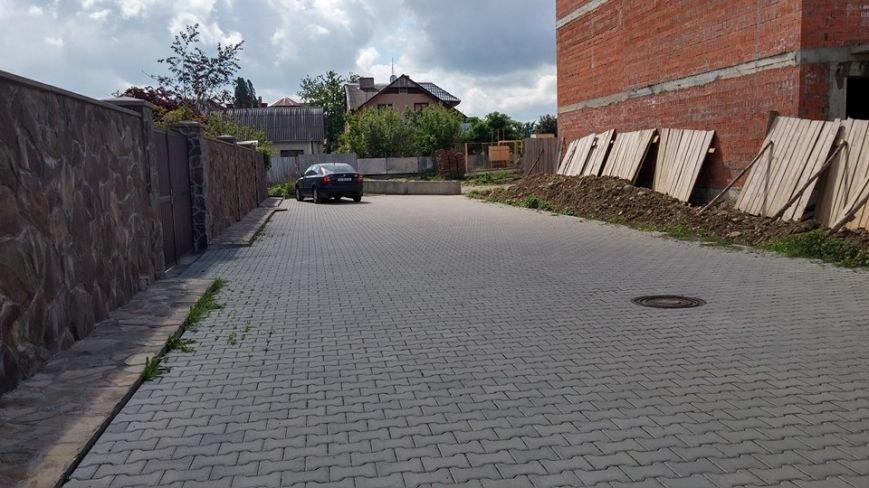 Замість демонтованих шлагбаумів на вулиці Драгоманова поставили бетонні плити (фото) - фото 3