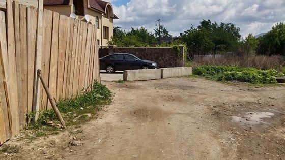 Замість демонтованих шлагбаумів на вулиці Драгоманова поставили бетонні плити (фото) - фото 1