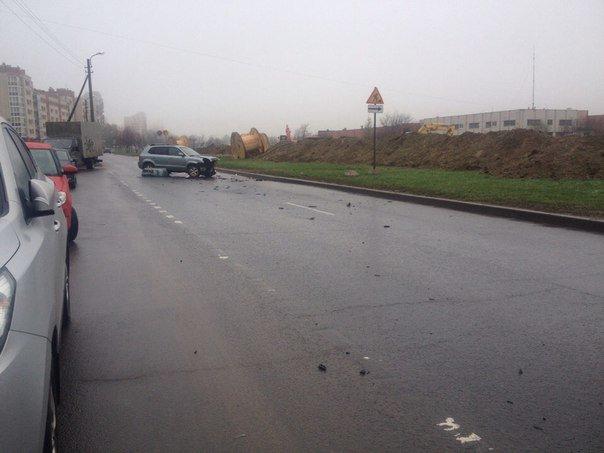 В аварии на Детскосельском бульваре одна иномарка потеряла колесо, а другая - бампер (фото) - фото 1