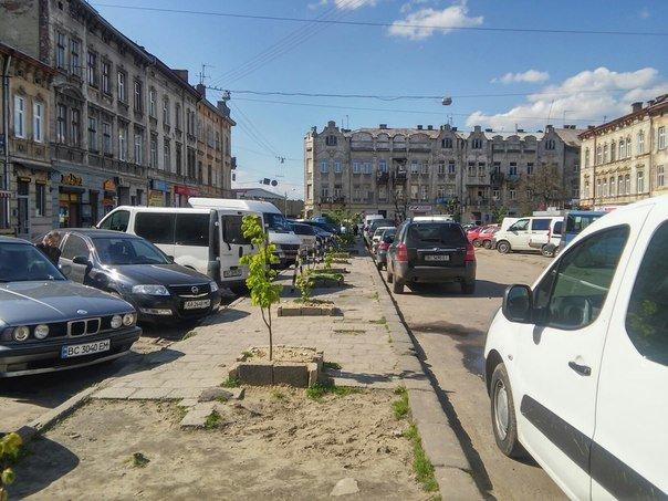 Мешканці міста скаржаться на те, що із площі Липневої прибрали торгівельні ряди (ФОТО) (фото) - фото 1