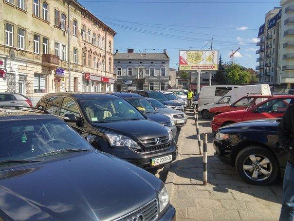 Мешканці міста скаржаться на те, що із площі Липневої прибрали торгівельні ряди (ФОТО) (фото) - фото 7