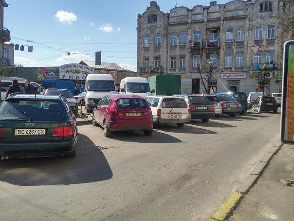 Мешканці міста скаржаться на те, що із площі Липневої прибрали торгівельні ряди (ФОТО) (фото) - фото 6