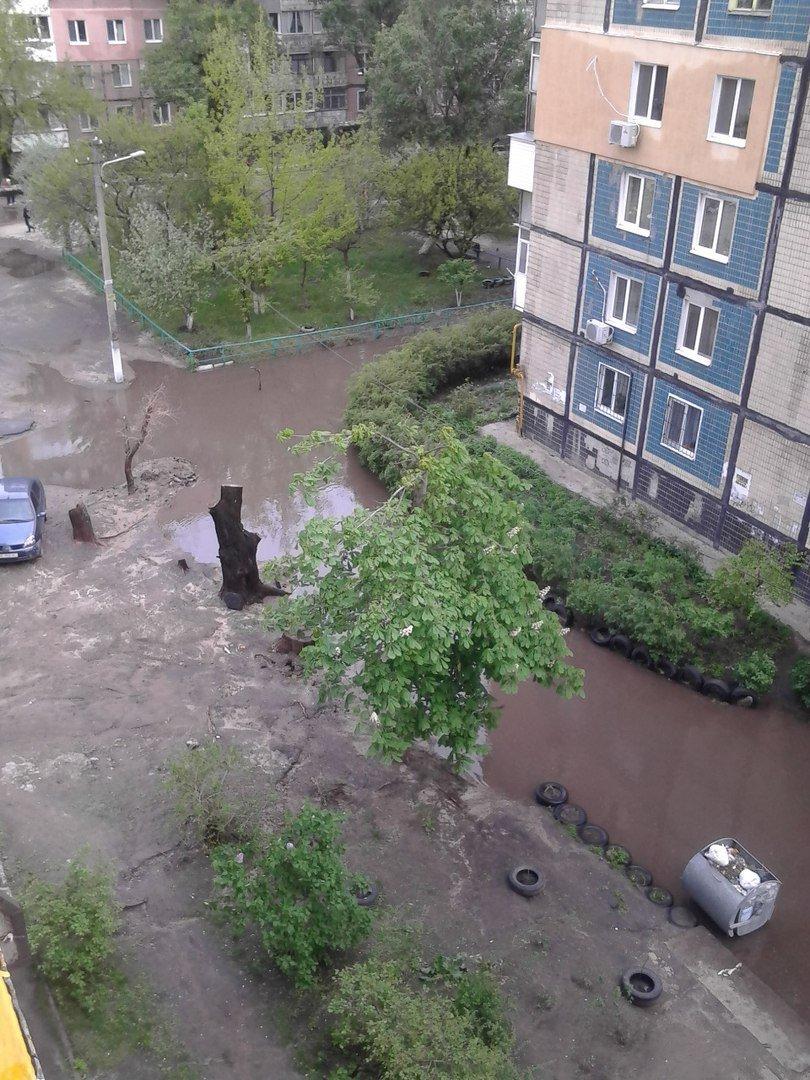 После дождя: как один из дворов Днепропетровска превратился в озеро (ФОТО), фото-4