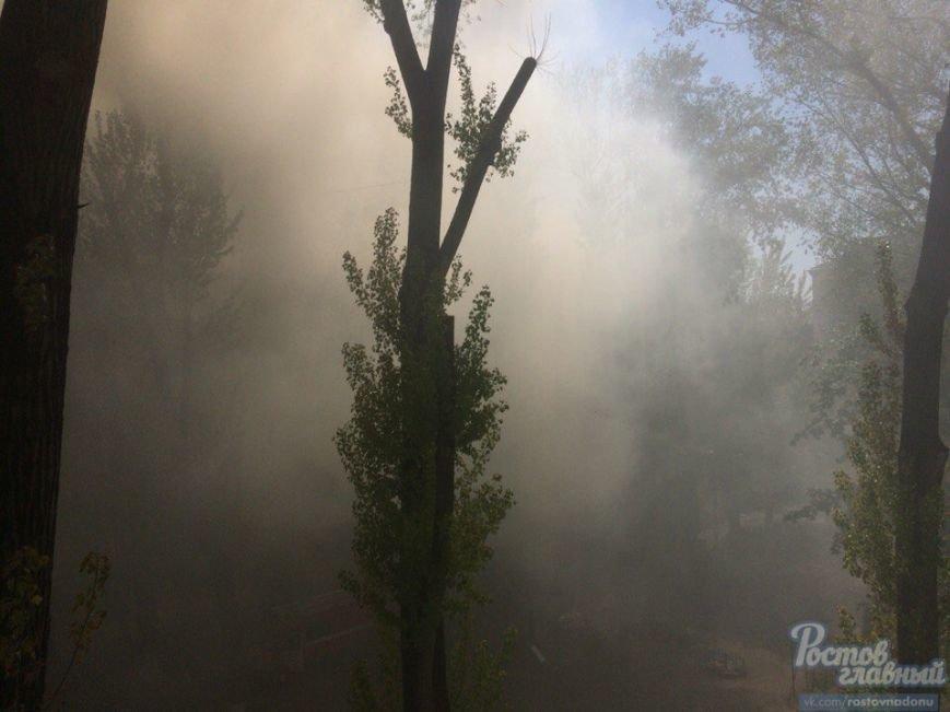 Из-за горящей крыши пятиэтажки в Ростове эвакуировали 45 человек (фото) - фото 1