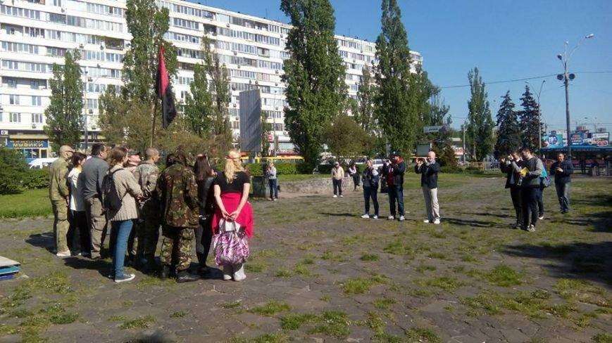 В Киеве активисты облили памятник чекистам красной краской (фото) - фото 3