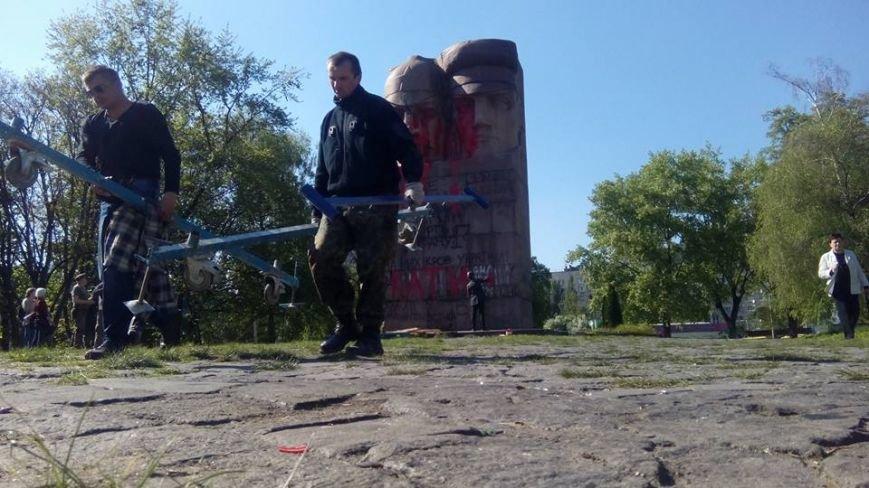 В Киеве активисты облили памятник чекистам красной краской (фото) - фото 1