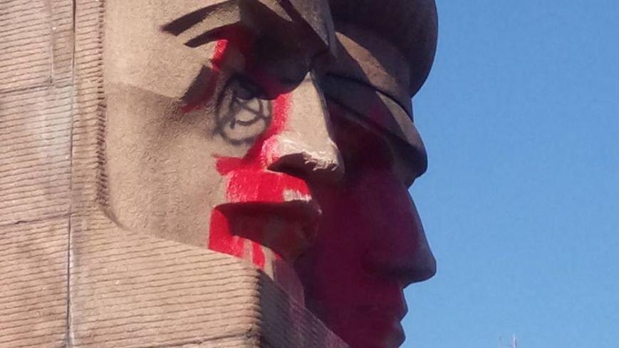 В Киеве активисты облили памятник чекистам красной краской (фото) - фото 2