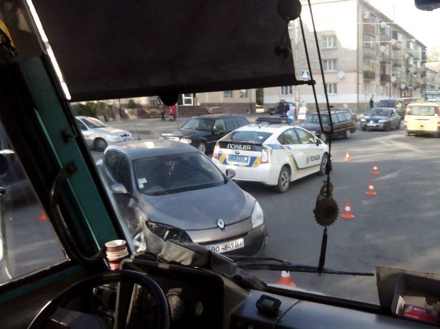 Понівечена автівка: на Збаразькій через ДТП утворилися затори (Фото) (фото) - фото 1