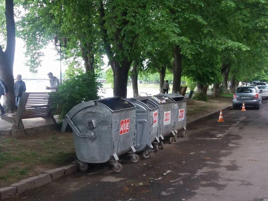 Чому сміттєві баки опинились посеред набережної Незалежності в Ужгороді?, фото-2