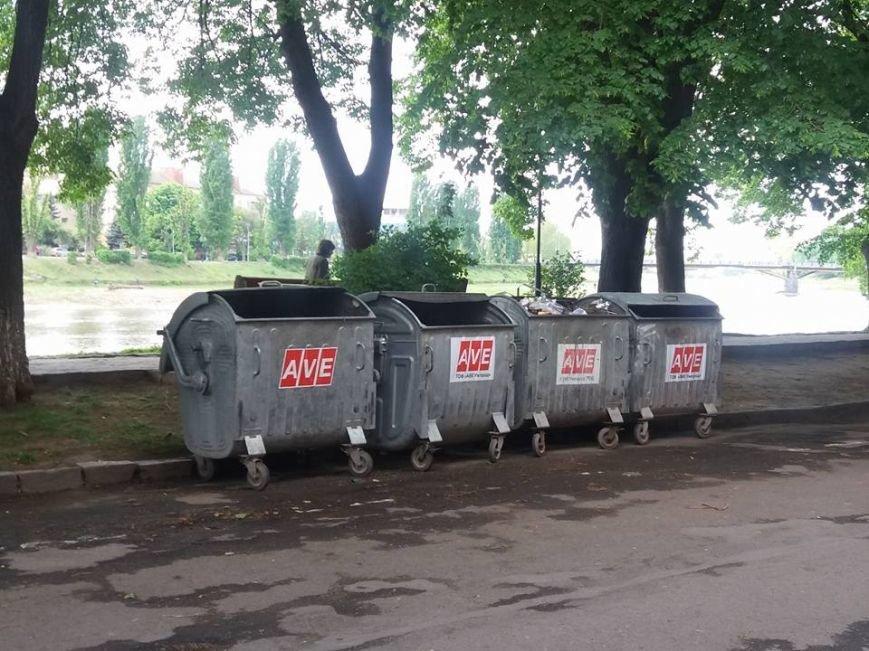 Чому сміттєві баки опинились посеред набережної Незалежності в Ужгороді?, фото-1
