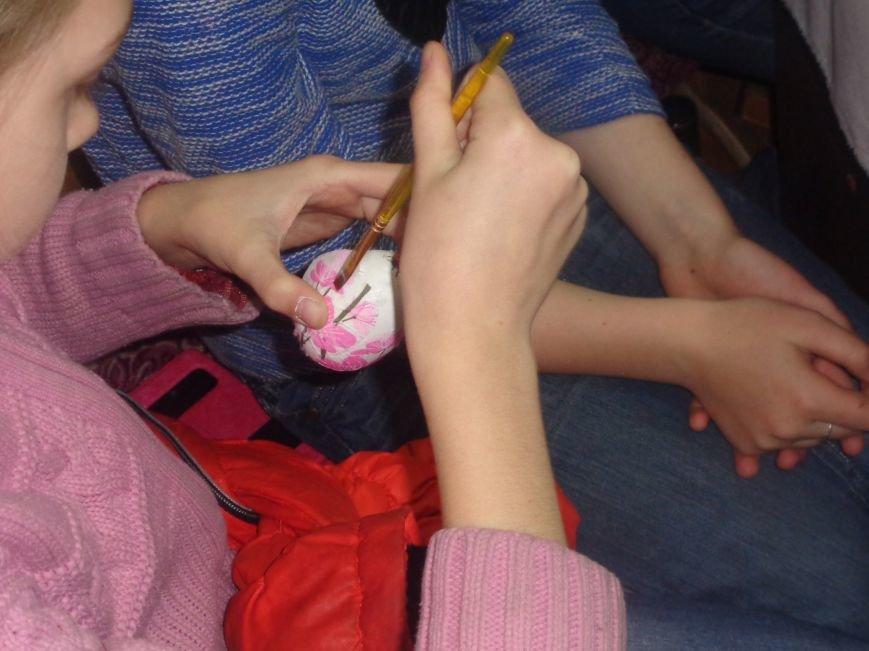 Школьники Красноармейска (Покровска) приняли участие в захватывающем мастер-классе по изготовлению пасхальных писанок (фото) - фото 16