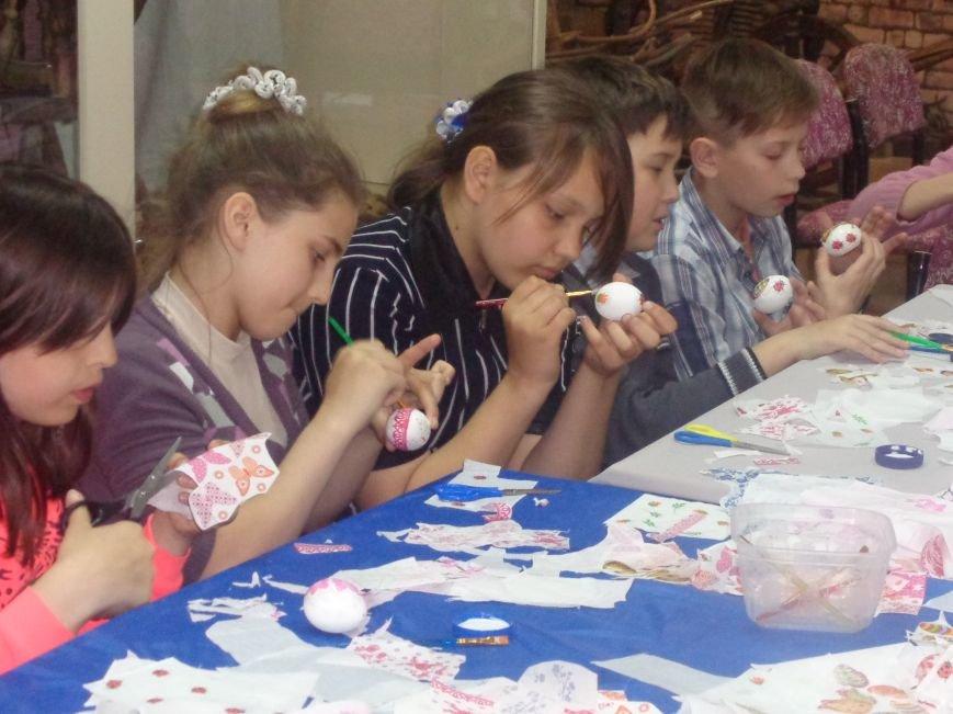 Школьники Красноармейска (Покровска) приняли участие в захватывающем мастер-классе по изготовлению пасхальных писанок (фото) - фото 15