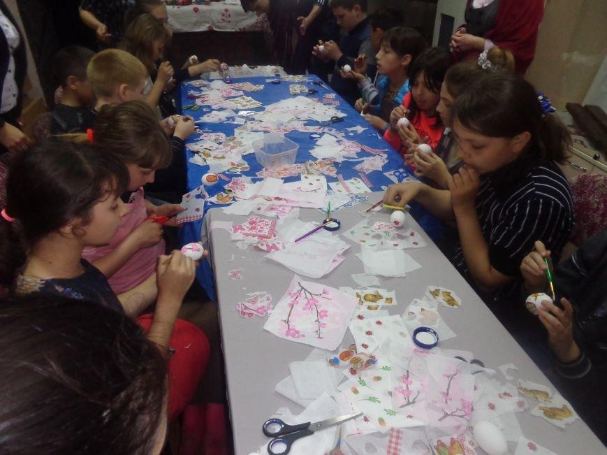 Школьники Красноармейска (Покровска) приняли участие в захватывающем мастер-классе по изготовлению пасхальных писанок (фото) - фото 12