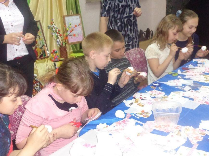 Школьники Красноармейска (Покровска) приняли участие в захватывающем мастер-классе по изготовлению пасхальных писанок (фото) - фото 14