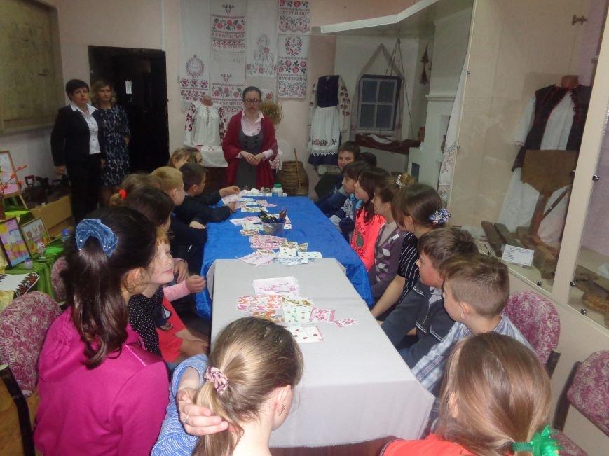 Школьники Красноармейска (Покровска) приняли участие в захватывающем мастер-классе по изготовлению пасхальных писанок (фото) - фото 7